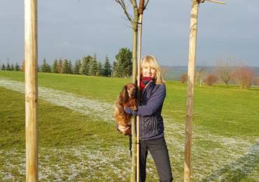 Christine Löhr mit ihrem Hole-In-One Baum
