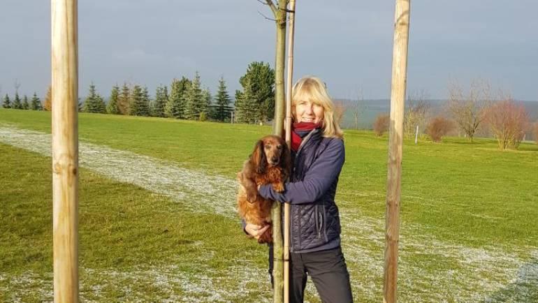 Christine Löhr mit ihrem Hole-In-One Baum